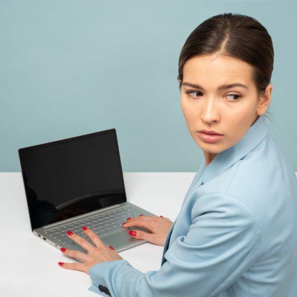 Dziewczyna i komputer